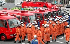 """""""Fukušimských 50"""" - tým z přibližně 180 lidí, kteří se ve směnách po zhruba 50 střídali u shazování vody na rozžhavené palivové články v reaktoru v kritické době několika dní po úderu zemětřesení a cunami. Mnozí z nich tehdy věřili, že zemřou smrtí na ozáření, k čemuž bohudík nedošlo. Zdroj: telegraph.co.uk"""