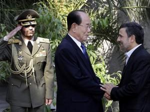 Íránský prezident Mahmúd Ahmádínežád si potřásá rukou s předsedou severokorejského parlamentu Kim Jong-namem na oficiální uvítací ceremonii 1. září. Zdroj: newsinfo.inquirer.net