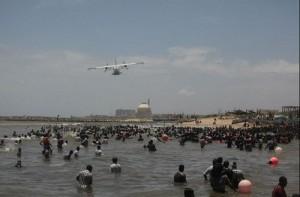 Přízemní let policejního letadla nad davem protestujících. Zdroj: Atominfo.ru