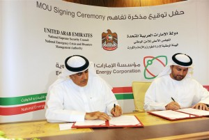 Mohamed Al-Romaithi (NECMA)  a Mohamed Al-Hammadi (ENEC) podepisují jednu z prvních dohod o bezpečnosti JE Barakah. Zdroj: uaeinteract.com