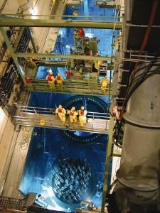 Výměna paliva při odstávce na elektrárně Comanche Peak v americkém Texasu, reaktor je typu PWR. Palivo je při odstávce naloženo do skladovacího bazénu, ve kterém probíhá průzkum povrchu článků. Vždy jsou vyměněny vyhořelé kazety, ve kterých už neprobíhají potřebné štěpné reakce (ačkoliv obsahují stále dost štěpného materiálu, který lze získat zpět), výměna deformovaných je na uvážení provozovatele a případně kontrolních orgánů. Zdroj: neinuclearnotes.blogspot.cz