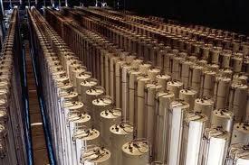 Centrifugy na obohacovacím zařízení v americkém Piketonu (stát Ohio). Centrifugování je klasickou metodou obohacování uranu. Princip fungování je založen na skutečnosti, že při otáčení centrifugy se molekuly, obsahující uran U-235, koncentrují v jiné oblasti, než ty s U-238. Jejich poměr je však velmi blízký jedné, proto je třeba stavit tisíce centrifug za sebou. Zdroj: uci.edu