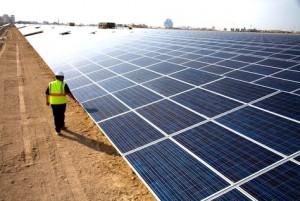 Solární farma ve Spojených arabských emirátech, které staví celé město Masdar, jež má být zásobováno elektřinou jen z obnovitelných zdrojů. Zdroj: arabianbusiness.com