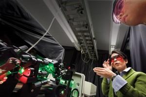 Profesorka Teri Odom (zleva), vedoucí týmu, který nanolasery sestavil, zaučuje studenta do tajů optické techniky. Zdroj: weinberg.northwestern.edu