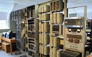 WITCH. Takovému počítači bychom mohli v rychlosti výpočtů bez problémů konkurovat s trochu lepší kalkulačkou. Jedinou jeho výhodou proti lidskému počtáři bylo, že nedělal chyby. Bez něj bychom však dnes neměli žádnou výpočetní techniku, která se již stala běžnou součástí našich životů. Zdroj: mashable.com