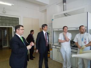 Američtí VIP hosté v laboratoři, (vpravo Thomas Mason, ředitel laboratoře v Oak Ridge, vlevo Steven Butler). Zdroj: ÚJV Řež