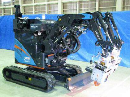 Nový robot Hitachi. Roboti se ukázaly jako výborní pomocníci na Fukušimě - mohou zkoumat místa, kam kvůli radiaci nemohou lidé. Problematické je ovládání, roboti zatím nejsou stejně pohybliví jako lidé, a odolnost vůči radiaci. Zdroj: WNN