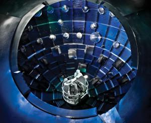 Komora zařízení NIF s čočkami 192 laserových paprsků, v jejichž ohnisku je palivová kapsle, uložená ve zlaté schránce zvané hohloraum. Toto fotogenické místo si zahrálo také v posledním filmu série Star Trek.
