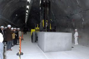 První betonový kontejner s radioaktivním nákladem úspěšně uložen. Zdroj: WNN