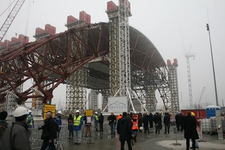 Nový kryt černobylského reaktoru dostává tvar