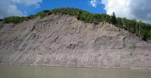 Geologická vrstva, obsahující břidlicový zemní plyn, v Albertě na řece Smoky River. Zdroj: ags.gov.ab.ca