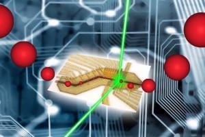 Umělecké ztvárnění iontové pasti (viz dále v článku). Skutečné zařízení pro provoz iontové pasti opravdu vypadá jako integrovaný obvod na obrázku, uvnitř něj jsou ionty udržovány magnetickým a elektrickým polem. Rozměry iontů jsou samozřejmě poněkud předimenzovány.