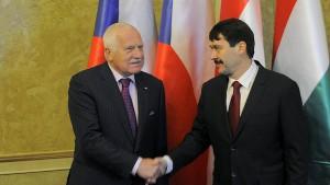 Václav Klaus se svým maďarským protějškem Jánosem Áderem. Zdroj: ČTK