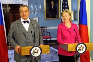 Hillary Clintonová a Karel Schwarzenberg na ministerstvu zahraničí při oficiální státní návštěvě v roce 2009. Zdroj: state.gov