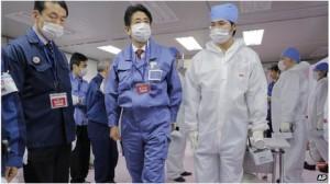 Šinzo Abe (druhý zleva) na Fukušimě. Zdroj: BBC Asia