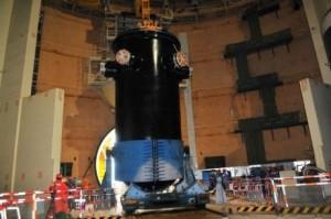 Reaktorová nádoba není žádný drobeček, ale po její instalaci je elektrárna o pořádný krok blíže dokončení.