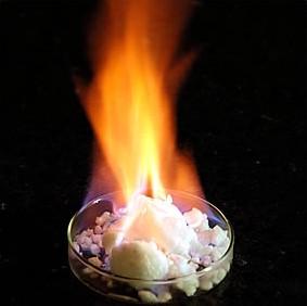 Hořící kus methanhydrátu. Zdroj: Tundragas.com
