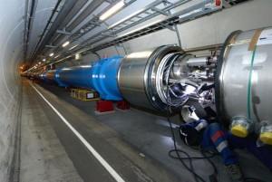 Technik CERN při instalaci jedné z více než 10 000 silnoproudých spojek, všechny tyto spojky musí být před přechodem na vyšší urychlovací energie zesíleny.