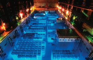 Chladící bazén pro vyhořelé jaderné palivo v běžné jaderné elektrárně. Zdroj: neutroneconomy