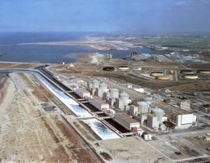 Pohled na jadernou elektrárnu Gravelines. V pozadí si můžete všimnout sedmi nádrží na tekutá paliva, které provozuje společnost Total. (Zdroj: Realitypod.com)