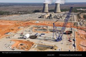 Staveniště třetího a čtvrtého bloku jaderné elektrárny Vogtle. Kromě vyskládaných částí kontejmentu si můžete všimnout dvou bloků v pozadí, které jsou v provozu. (Zdroj: Southerncompany.com)