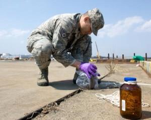 Americký vojenský specialista odebírá vzorek vody nedaleko poničené jaderné elektrárny Fukušima. Zdroj: Stars&Stripes