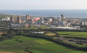 Pohled na areál střediska Sellafield, v němž má svou centrální laboratoř i National Nuclear Laboratory. Najdete tu funkční i vyřazené jaderné reaktory, továrnu na přepracování paliva a civilní i vojenské výzkumné laboratoře. (Zdroj: Visitcumbria.com)