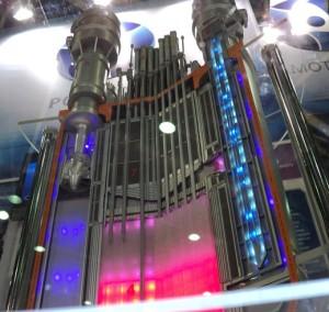 Schematický model malého reaktoru SVBR-100. Mimo jiné může několik těchto reaktorů prodloužit životnost reaktorových bloků s reaktory VVER. Po ukončení provozu některého z dukovanských reaktorů může být vyjmuta původní reaktorová nádoba a instalováno několik SVBR-100, veškerá ostatní infrastruktura tak může sloužit další desítky let. Zdroj: AKME-E