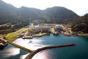 Malebný pohled na dva bloky jaderné elektrárny Angra. Pravý má výkon 657 MWe a byl spuštěn v roce  1985. Levý má výkon 1350 MWe a k síti byl připojen v roce 2000. Oba jsou tlakovodní. Za budovami se nachází soustava transformátorů. Staveniště třetího bloku není na obrázku zachyceno a nachází se trochu více nalevo. (Zdroj: Electronuclear.gov.br)