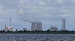 Energetický komplex Crystal River, který se skládá ze čtyř uhelných bloků a jednoho jaderného. Poslední jmenovaný, jenž najdete nalevo od chladicích věží, je odsouzen k uzavření a likvidaci, aniž by za něj byla plánována náhrada. (Zdroj: Flawma.com)