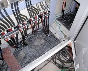 Nově instalovaná mřížka k ochraně před vnikem zvířat do elektrické skříně.  Zdroj: Tepco
