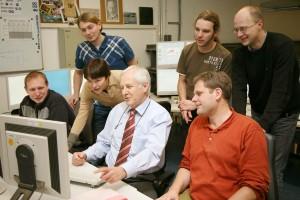 """Profesor Wagner v IPP Garching, obklopen mladou generací """"fúzařů"""" Zdroj: iter.org"""