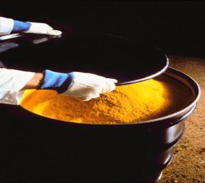 Tzv. žlutý koláč, jeden z oxidů uranu, představuje významný mezistupeň ve výrobě jaderného paliva a také hlavní obchodní artikl. (Zdroj: Kernenergie.ch)