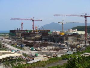 Jaderná elektrárna Lungmen, která se staví na severu země, je trnem v oku místní protijaderným hnutím, nutno podotknout, že ne neoprávněně. V průběhu výstavby došlo k mnoha změnám a klíčové komponenty vyráběly americké a japonské firmy bez tradice v jaderném průmyslu. Zdroj: Wiki