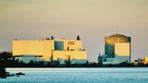 Pohled na jadernou elektrárnu Darlington v zapadající slunci. Ač to z tohoto pohledu nevypadá, pracují v ní čtyři reaktory typu Candu, které mají dohromady výkon 3512 MWe. (Zdroj: Wikipedia.org)
