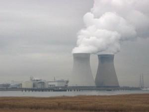 Pohled na jadernou elektrárnu Doel, která leží v ústí řeky Scheldt. Čtyři tlakovodní bloky o celkovém výkonu 2919 MW tu provozuje společnost Electrabel. (Zdroj: Wikipedia.org)