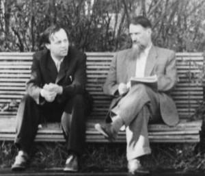 Dva z největších sovětských fyziků poválečného SSSR - Andrej Sacharov (vlevo) a Igor Kurčatov. Kurčatov byl vědeckým ředitelem projektu sovětské jaderné pumy a sehrál v něm podobnou roli, jako Robert Oppenheimer v americkém Manhattan Project. Zdroj: hrono.ru