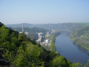 Pohled na areál ÚJV Řež, a. s. ležící na břehu řeky Vltavy severně od Prahy. (Zdroj: Cestujeme.name)