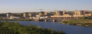 Pohled na všech pět bloků jaderné elektrárny Cernavodă. První blok, který se na snímku nachází úplně vlevo, byl uveden do provozu v roce 1996 a druhý blok jej následoval v roce 2007. Třetí a čtvrtý blok by mohly být dokončeny do roku 2017, avšak na dokončení pátého bloku nejsou v současné době plány. (Zdroj: Energonuclear.ro)