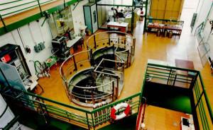 Pohled do haly reaktoru VR-1 Vrabec, který pracuje na FJFI ČVUT. Zdroj: FJFI