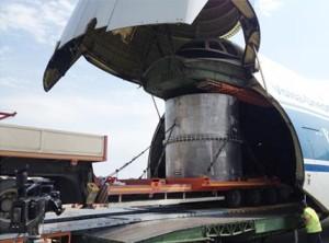 Nakládání kontejneru Type C TUK-145/C na palubu nákladního letadla Antonov An-124. (Zdroj: Sosnycompany.com)