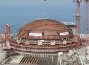 Kupole je konečně na svém místě, na pozadí vody průlivu La Manche. (EDF)