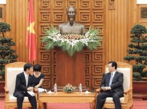 Japonský ministr hospodářství, obchodu a průmyslu, Tošimicu Motegi, při jednání s vietnamským premiérem Nquyen Tan Dungem. (Zdroj: Meti.go.jp)