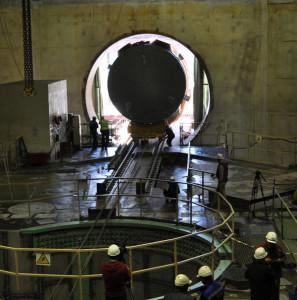 Průjezd tlakové nádoby pro první blok jaderné elektrárny Novovoroněž-2 skrz stěnu kontejnmentu. (Zdroj: Rosatom.ru)