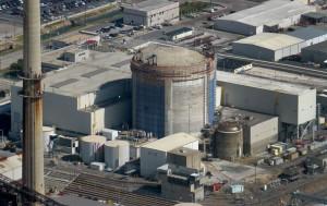 Floridská jaderná elektrárna Crystal River, kterou provozovala společnost Duke Energy a která před několika měsíci ukončila výrobu. Od roku 2009 byla odstavena kvůli modernizaci vyvíječů páry, během níž byl poškozen kontejnment. Kvůli navýšení nákladů se provozovatel rozhodl elektrárnu uzavřít. (Zdroj: Tampabay.com)
