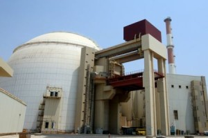 Prozatím jediný blok jaderné elektrárny Búšehr, jehož stavbu zahájily německé společnosti už v roce 1974, ale kvůli íránské islámské revoluci ji v roce 1979 přerušily. Nyní by si íránská vláda přála v Búšehru další tři jaderné bloky. (Zdroj: Topnews.in)