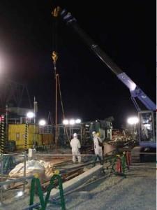 Přípravy před vrtáním do země mezi prvním a druhým blokem jaderné elektrárny Fukušima Dajiči. (Zdroj: Tepco.co.jp)