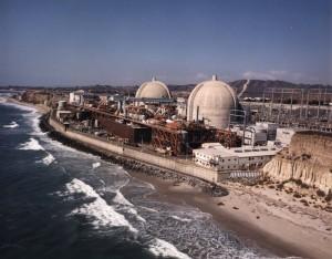 Prodlužování procesů při vydávání licencí může vést nejen k odkládání začátku výstavby nových jaderných zařízení, ale i k uzavírání bloků, které měly být znovu spuštěny. To je případ Kalifornské jaderné elektrárny San Onofre. (Zdroj: Ansnuclearcafe.org)