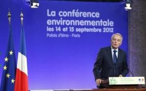 Francouzský předseda vlády Jean-Marc Ayrault hovořící během konference o životním prostředí. (Zdroj: Rtl.fr)