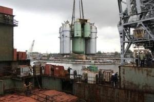 Přenos sestavy primárního okruhu pomocí jeřábu na palubu plavidla. (Zdroj: Rosatom.ru)